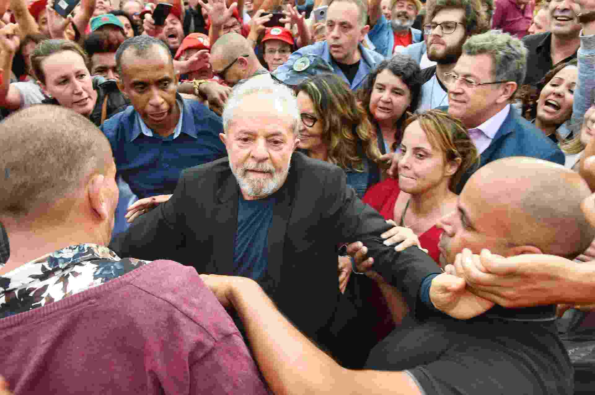 O ex-presidente Lula é cercado por apoiadores ao deixar a prisão em Curitiba - DENIS FERREIRA NETTO/ESTADÃO CONTEÚDO