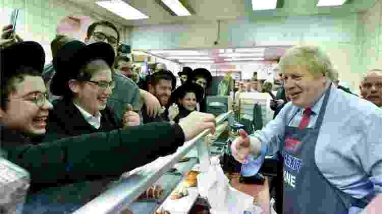 O primeiro-ministro britânico, Boris Johnson, faz campanha em padaria judaica - PA Media - PA Media