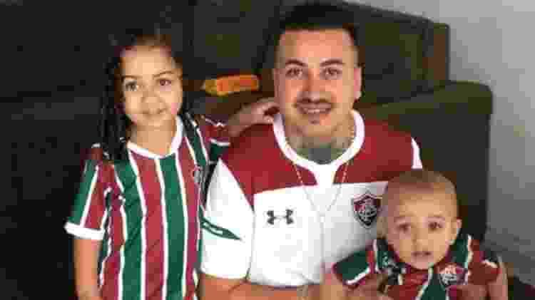 David Oliveira Leite ao lado dos dois filhos - Arquivo Pessoal