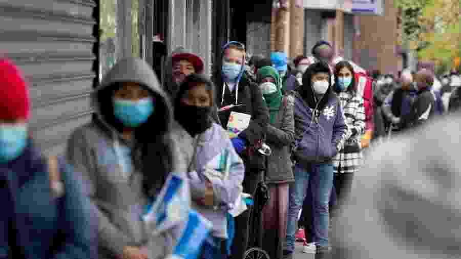 8.mai.2020 - Fila para receber doação de comida em meio à pandemia do novo coronavírus em Nova York - Corbis via Getty Images