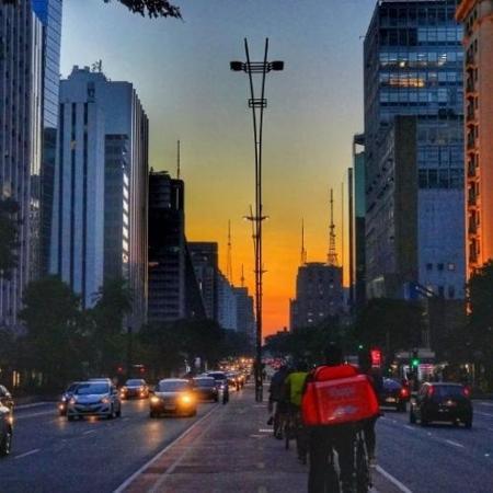 Entregadores de aplicativos trafegam pela ciclovia da avenida Paulista, em São Paulo - Rodrigo Parizotti/FotosPúblicas