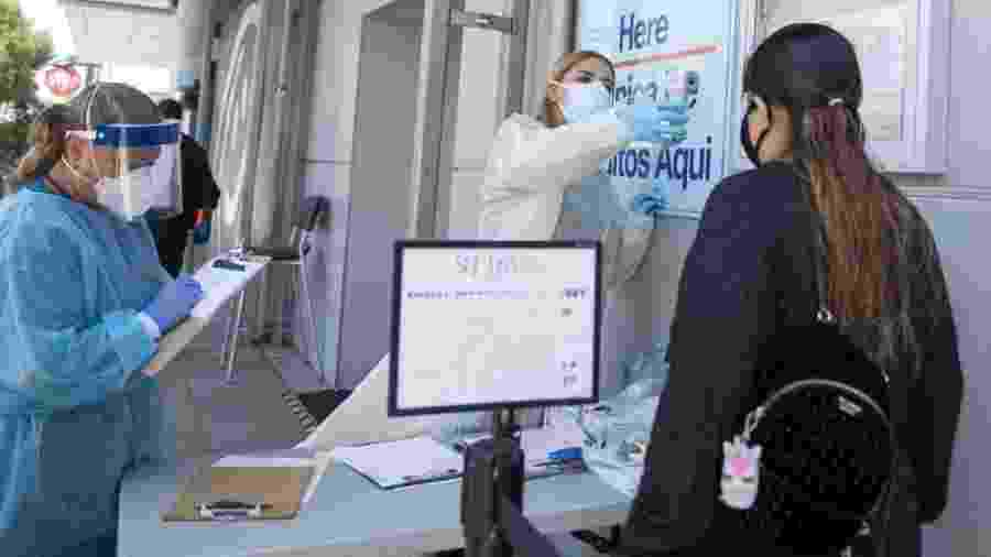 Paciente tem temperatura medida para entrar em centro de saúde em Los Angeles, na Califórnia (EUA); país ainda é o primeiro em número de casos e mortes em todo o mundo - Valerie Macon/AFP