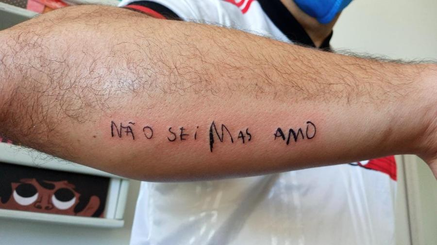 Tatuagem no braço de Gabriel Aragão com frase de seu filho - Reprodução/ Twitter/@bielaragaoo