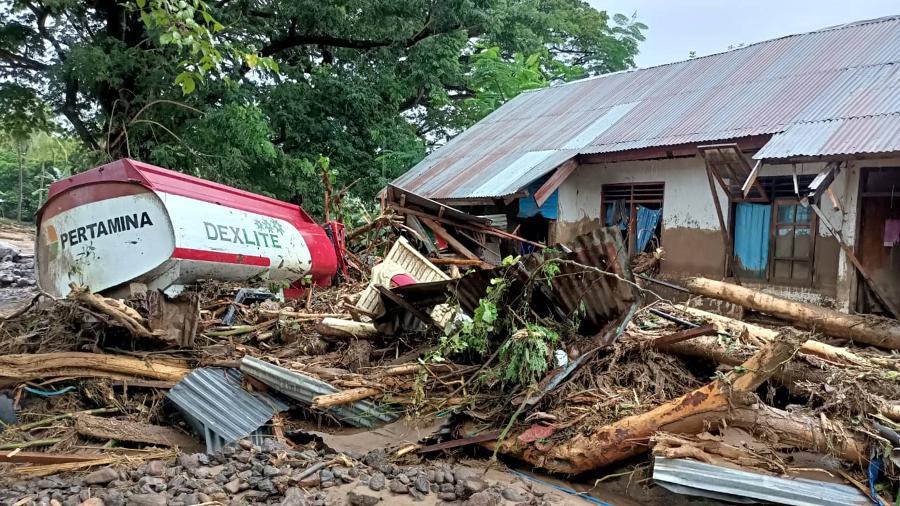 4.abr.2021 - As inundações e as cheias repentinas provocadas pelas chuvas torrenciais provocaram o caos nas zonas situadas entre a ilha indonésia de Flores e o Timor Leste - Joy Christian/AFP