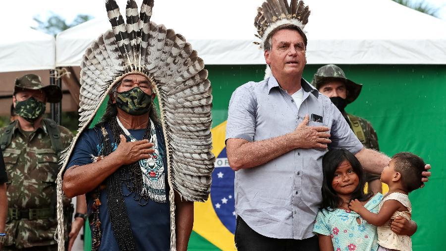 Presidente ouve o hino nacional ao lado de um indígena na Terra Indígena Yanomami, na fronteira com a Venezuela, em São Gabriel da Cachoeira (AM) - Reuters/Marcos Correa/Apostila