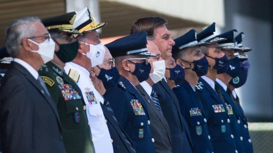 Bolsonaro posa sem máscara em solenidade, com comandantes militares - Getty Images