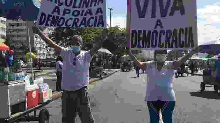 Rosa Maria Batista e o marido Manoel em Copacabana - Carolina Farias/UOL - Carolina Farias/UOL