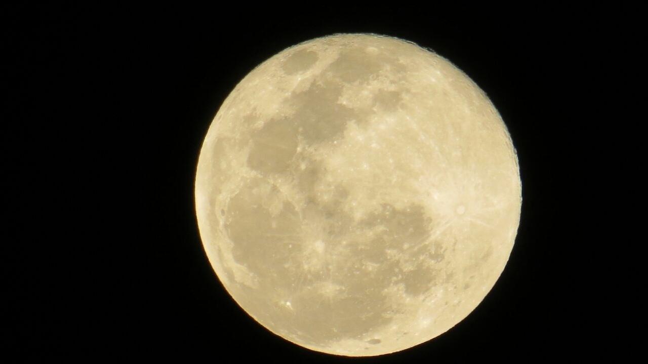 """31.jul.2015 - O internauta Douglas Silva Venâncio enviou por WhatsApp (11) 97500-1925 sua foto da """"lua azul"""" tirada em Botucatu (SP). Esta é a segunda vez que a lua aparece cheia no mês e, por isso, é chamada de """"lua azul"""". Apesar do nome, segundo os especialistas, a lua apresentou a cor azul em poucas ocasiões, por efeito de pó, cinza ou fumaça na atmosfera da Terra devido a grandes erupções vulcânicas e incêndios florestais"""