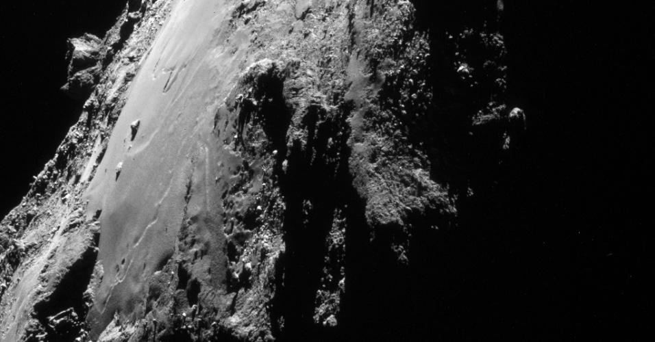 6.ago.2015 - Durante outubro de 2014, a sonda Rosetta orbitou o cometa 67P / Churyumov-Gerasimenko a menos de 10 km de distância do centro do cometa. Esta imagem inpedita foi registrada em 7 de outubro, a uma distância de 18,3 km de centro e proporciona uma vista da região de Imotep, no lado de baixo do cometa. Em 6 de agosto de 2014, a Rosetta iniciou observações detalhadas, incluindo o mapeamento da superfície do núcleo em busca de um local de pouso adequado para sonda Philae