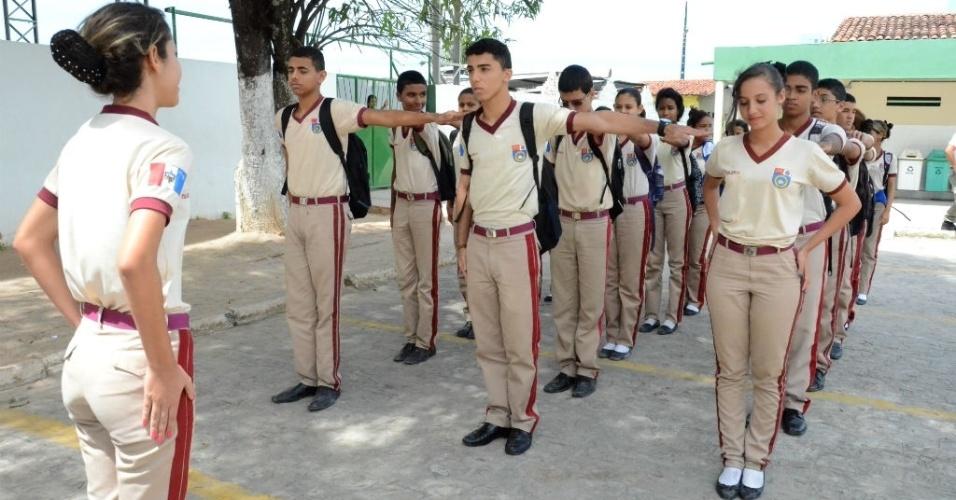 Alunos perfilados durante atividade escolar; disciplina é o carro-chefe do ensino na Escola Militar Tiradentes, em Maceió