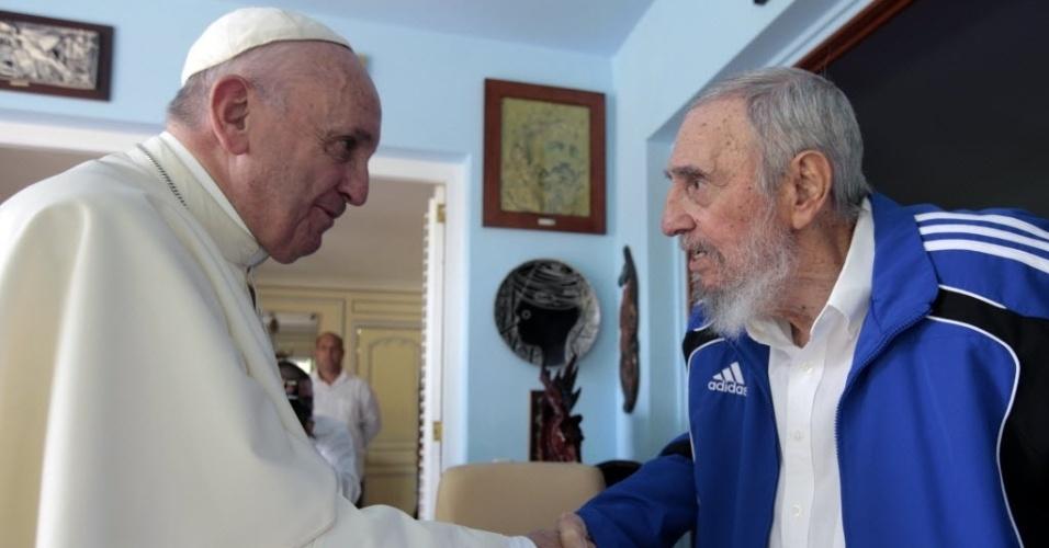 20.set.2015 - O papa Francisco se encontrou com o ex-presidente cubano Fidel Castro neste domingo, após realizar missa em Havana. A reunião entre os dois aconteceu na casa de Fidel e durou cerca de 40 minutos
