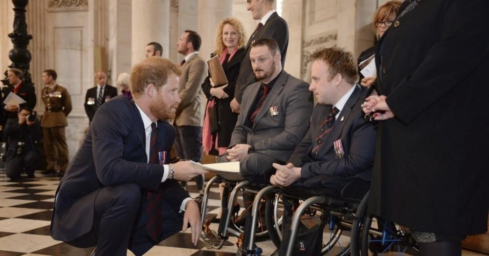 22.out.2015 - Príncipe britânico Harry conversa com soldados que foram feridos em combate durante uma missa em comemoração aos 75 anos da Unidade de Especialistas em Desativação de Munições, das Forças Armadas Britânicas, na Catedral de San Pablo, em Londres, Reino Unido