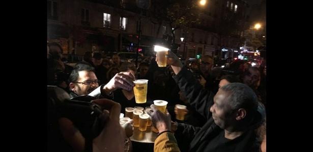 """""""Aproveite! Faça a festa! Paris é uma festa!"""", diz dono de café"""