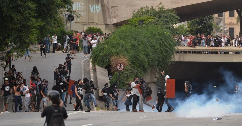 8.jan.2016 - Manifestantes correm após policiais lançarem bombas de gás contra eles durante protesto contra o aumento do valor da tarifa do transporte público de São Paulo, no Vale do Anhangabaú, no centro de São Paulo. Neste sábado (9), tarifa passa de R$ 3,50 para R$ 3,80