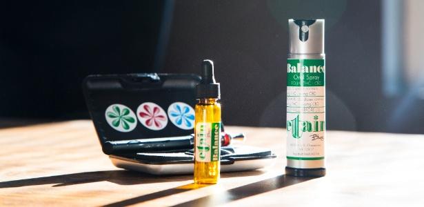 Pacote com produtos de maconha medicinal em dispensório da erva em Nova York, com um vaporizador, um conta-gotas e um spray oral