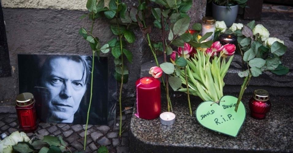 11.jan.2016 - Homenagens ao músico David Bowie, que morreu no domingo (10), vítima de um câncer, aos 69 anos, são colocadas em frente à casa onde ele viveu em Berlim, na Alemanha