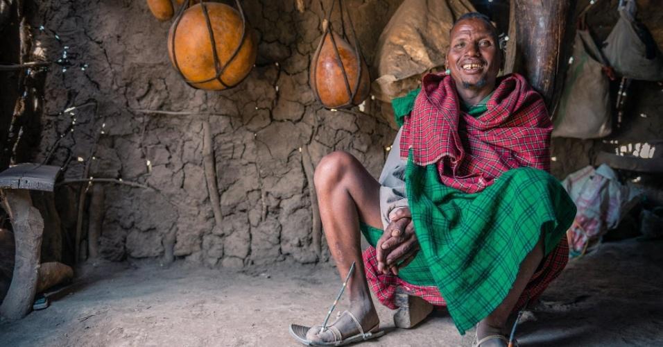 12.jan.2016 - Este é o chefe da tribo tatoga, conhecida por suas habilidades como agricultores e ferreiros. A imagem foi feita em outubro do ano passado pelo fotógrafo romeno Vlad Cioplea durante expedição à Tanzânia. Cioplea passou 20 dias no local e registrou o cotidiano de três tribos locais isoladas: Masai, Bushman e Tatoga. Com os Tatoga, ele conta que aprendeu como fazer pontas de flechas. Os tatoga colocam veneno nas pontas das flechas para caçar animais