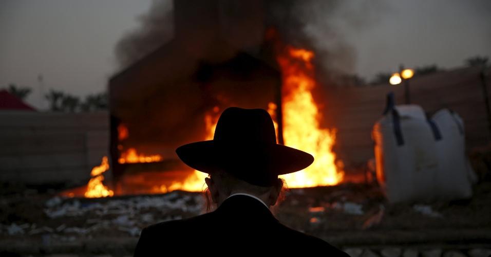 13.jan.2016 - Um judeu reza no túmulo do rabino Yisrael Abuhatzeira, um sábio de origem marroquina e cabalista também conhecido como Baba Sali, na cidade israelense de Netivot. Peregrinação anual é realizada no aniversário da morte do rabino
