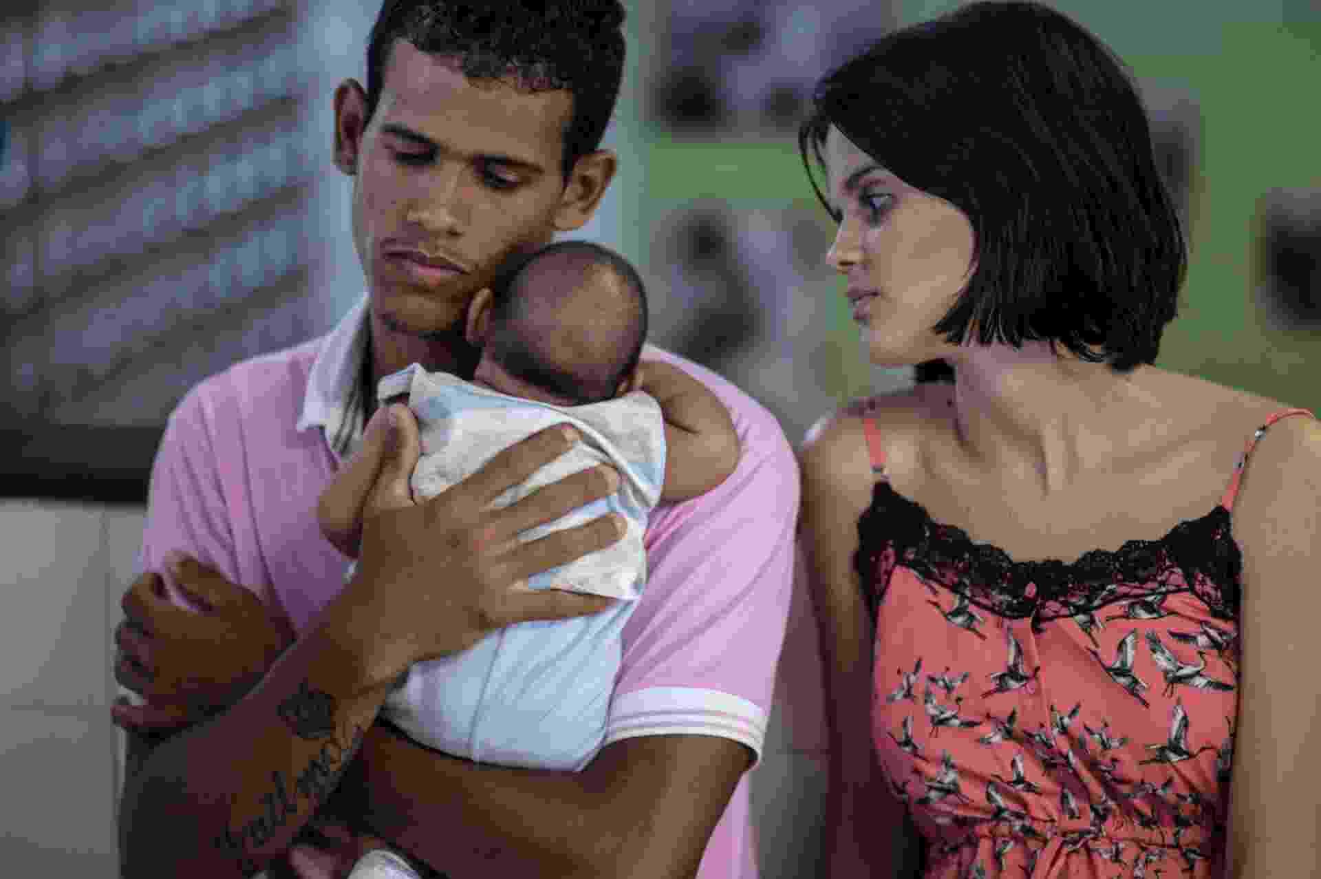 27.jan.2016 - Matheus Lima, 22, e Kleisse Marcelona, 24, cuidam de seu filho de dois meses, Pietro, diagnosticado com microcefalia - Christophe Simon/AFP