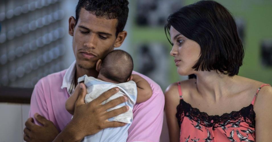 27.jan.2016 - Matheus Lima, 22, e Kleisse Marcelona, 24, cuidam de seu filho de dois meses, Pietro, diagnosticado com microcefalia