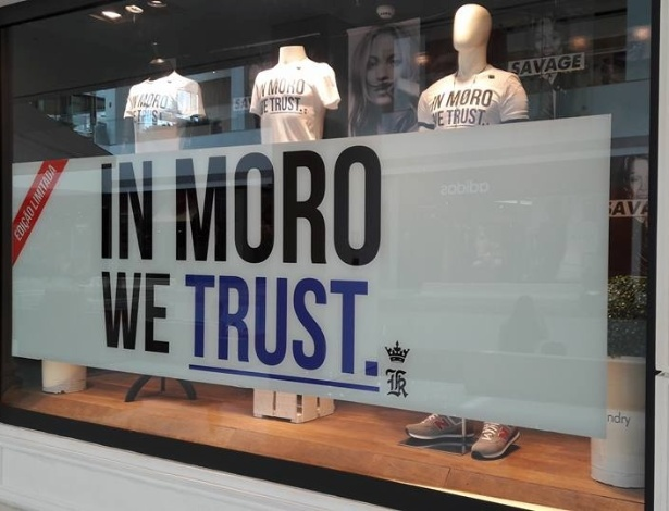 "Vitrine da loja Sergio K. no Shopping JK Iguatemi com a camiseta ""In Moro, we trust"" (Em Moro, nós acreditamos) - Facebook"