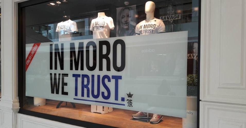 """26.fev.2016 - Vitrine da loja Sergio K. no Shopping JK Iguatemi mostra a camiseta com os dizeres """"In Moro, we trust"""" (Em Moro, nós acreditamos)"""