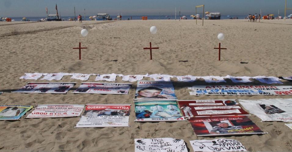 27.mar.2016 - Parentes e amigos de vítimas de erros médicos protestam na areia da praia de Copacabana, na zona sul do Rio de Janeiro