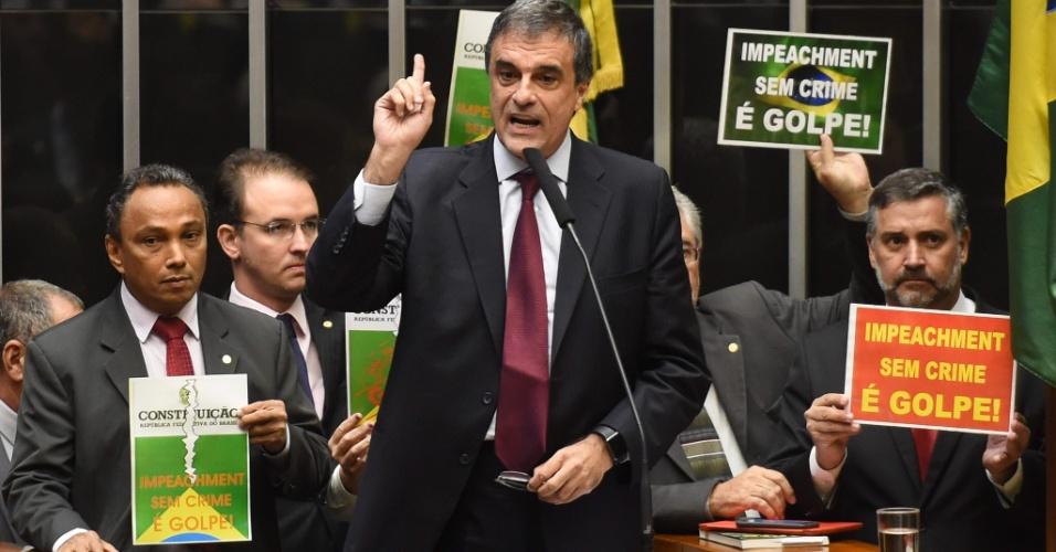 15.abr.2016 - Ministro da AGU (Advocacia-Geral da União), José Eduardo Cardozo, discursa em meio a manifestações de parlamentares contrários ao impeachment do governo Dilma Rousseff (PT) na Câmara dos Deputados