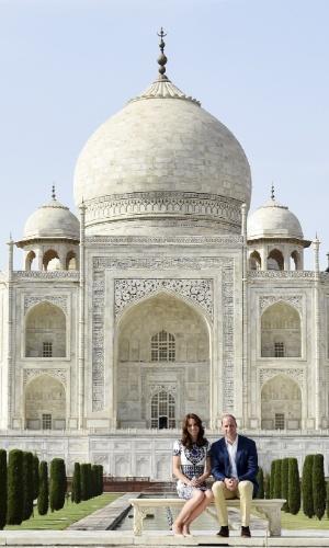16.abr.2016 - Príncipe William e a duquesa de Cambridge, Kate Middleton, em frente ao Taj Mahal, na Índia. O casal está em visita oficial ao país, sem os filhos