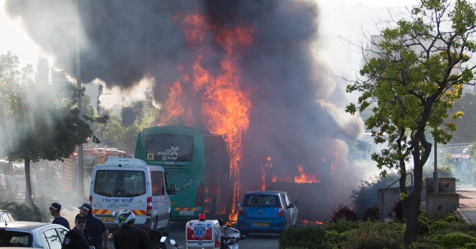 18.abr.2016 - A explosão de um ônibus em Jerusalém, Israel, deixou ao menos 20 feridos. Segundo a polícia, uma bomba foi detonada na parte traseira do veículo