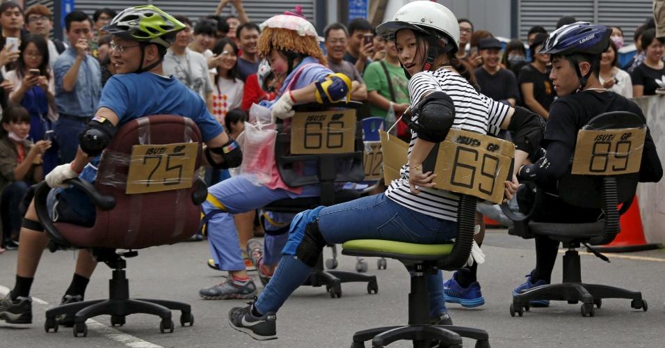 24.abr.2016 - Você é daquelas pessoas que adoram participar de uma maratona? Eles também, a diferença é que em vez de correr, eles usaram cadeiras de escritório para competir. O ISU-1 Grand Prix aconteceu em Tainan, sul de Taiwan, na China