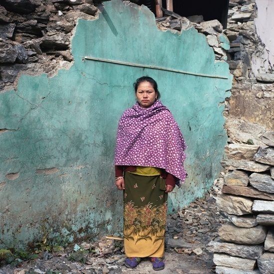 """25.abr.2016 - Laxmi Gurung tem 30 anos e é dona de um pequeno hotel em Baluwa, Gorkha. Ela usou os alimentos de seu empreendimento para cozinhar para os vizinhos. """"Quando houve o terremoto, todas as casas foram destruídas. Graças a Deus escapamos da morte. Todo mundo estava com fome. Com todos sofrendo tanto, não pensei duas vezes antes de dar comida a eles. Eu distribuía tudo que eu cozinhava, em pequenas quantidades, para todo mundo."""""""