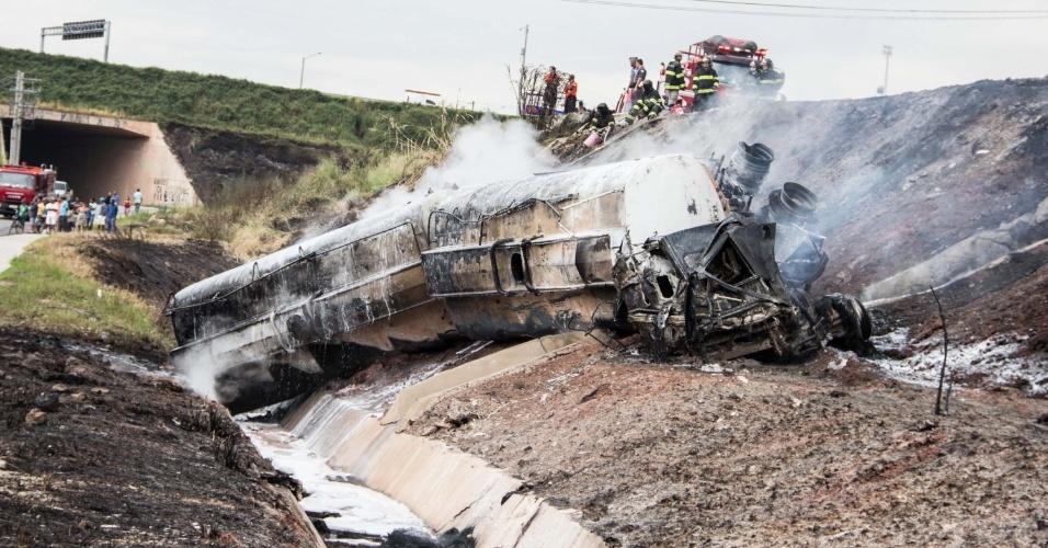 26.abr.2016 - Um caminhão-tanque, que transportava combustível, tombou na rodovia Ayrton Senna, na cidade de Itaquaquecetuba (SP). De acordo com a Polícia Rodoviária, o motorista do veículo foi resgatado em estado grave