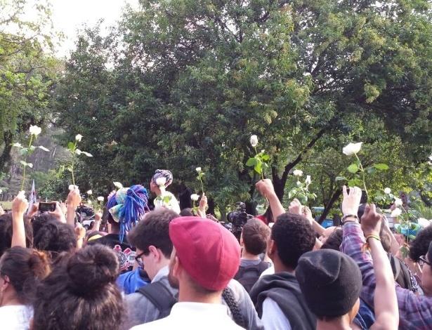 6.mai.2016 - Estudantes deixam a Alesp com rosas brancas nas mãos - Fernando Notari/UOL