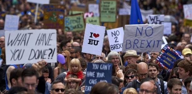 """2.jul.2016 - Milhares de pessoas foram às ruas do centro de Londres neste sábado (2) para protestar contra a decisão do Reino Unido de sair da União Europeia, o chamado Brexit. Os manifestantes carregavam cartazes dizendo: """"o que vocês fizeram?"""", """"nós amamos a União Europeia"""", """"não ao Brexit"""" e outros"""