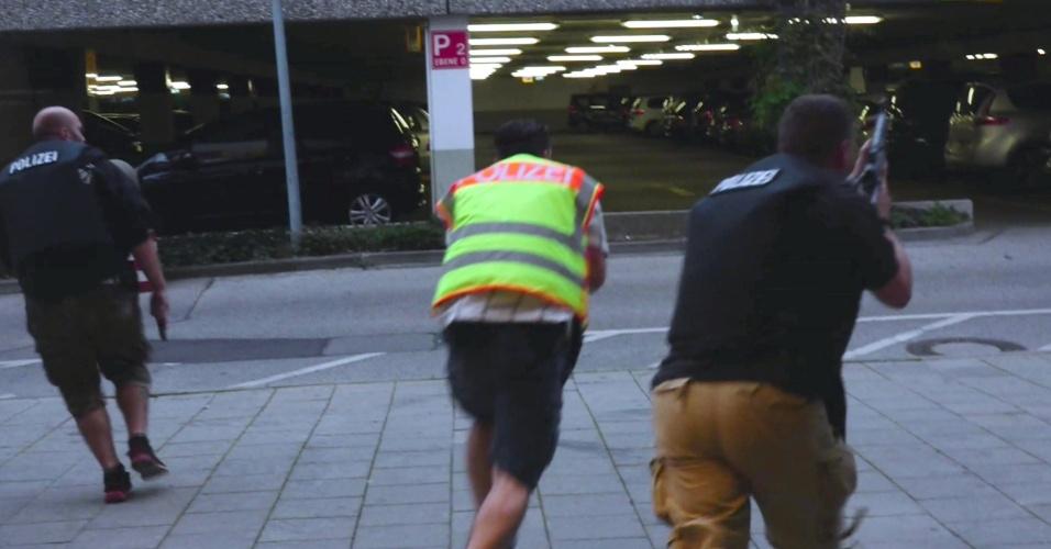 22.jul.2016 - Policiais correm para o shopping Olympia, em Munique, Alemanha, após tiroteio deixar mortos e feridos