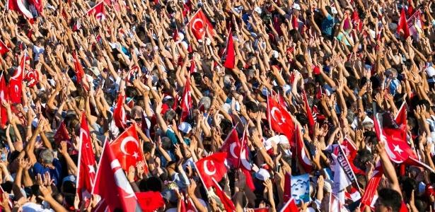 """""""Nem golpe de Estado, nem ditadura!"""", gritaram milhares de turcos que ocuparam a praça Taksim de Istambul"""