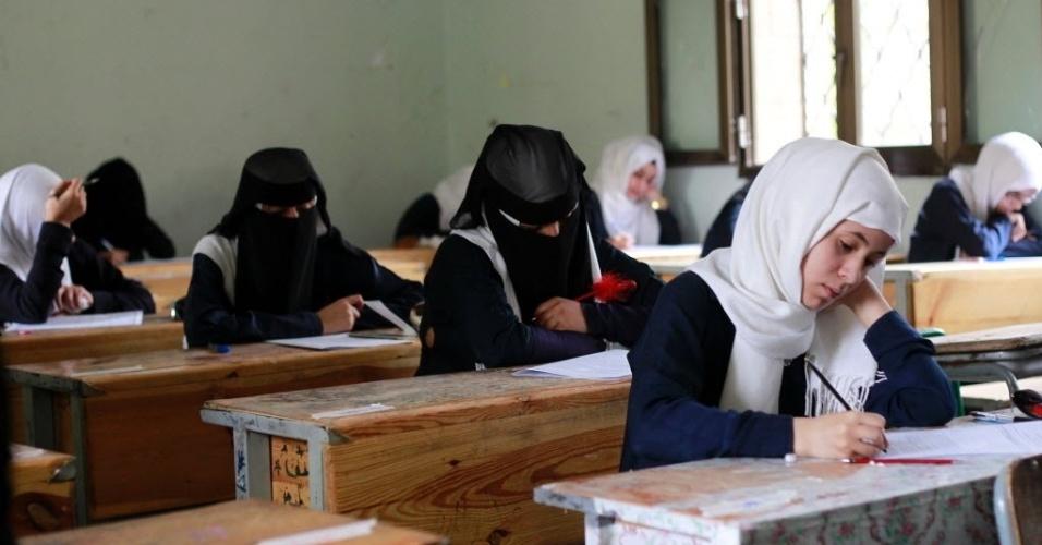 30.jul.2016 - Estudantes iemenitas fazem exames do último ano de uma escola secundária em Sanaa, capital do Iêmen