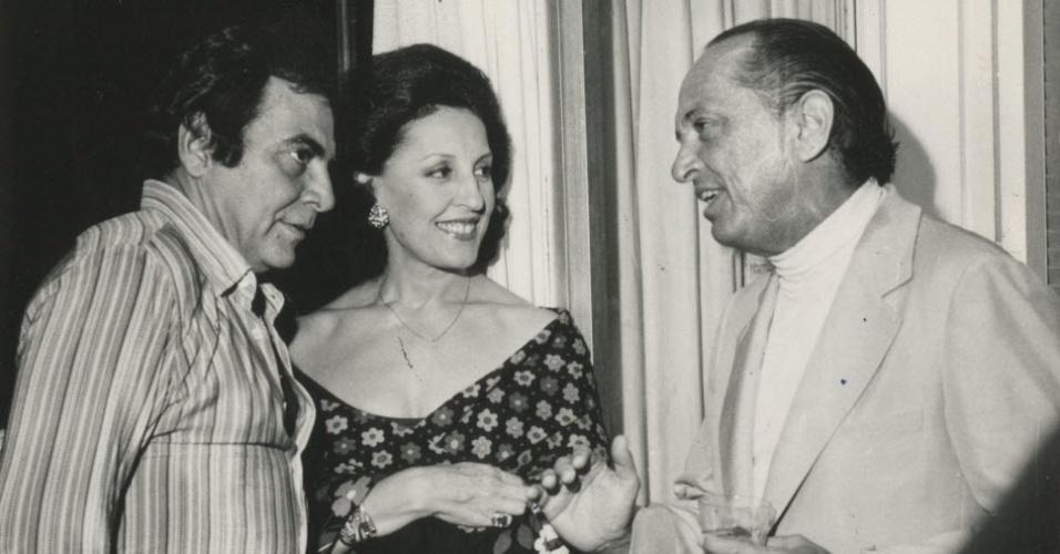 1975 - Amado por ricos e famosos: da esq. para a dir., Pitanguy, Josefina Jordan e Luiz Eduardo Campello. Na foto, o médico era recebido para coquetel em Guarujá (SP)