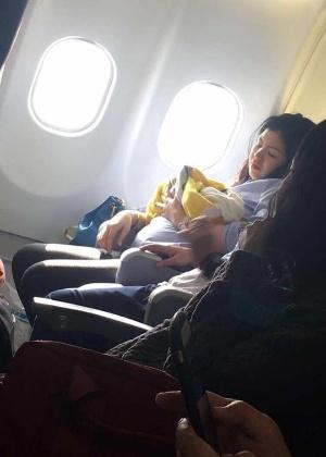 Passageira tira foto da mãe com bebê que nasceu durante voo