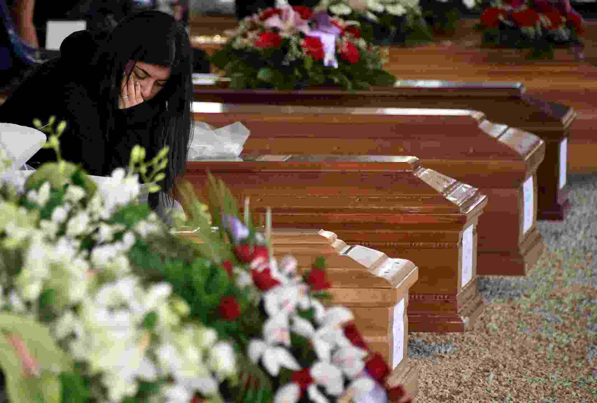 30.ago.2016 -  Mulher presta respeito a vítima durante funeral em Amatrice, Itália - Emiliano Grillotti/ Reuters