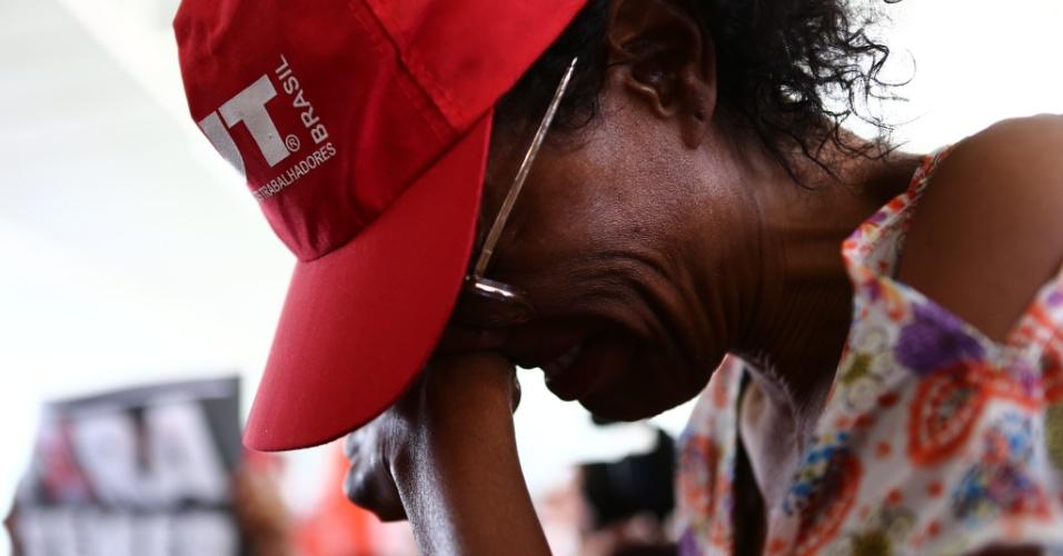 31.ago.2016 - Manifestantes contrários ao impeachment de Dilma Rousseff lamentam condenação da presidente na Esplanada dos Ministérios, em Brasília. Senadores decidiram pelo afastamento definitivo de Dilma Rousseff, por 61 votos a 20, em sessão final do julgamento do processo de impeachment no Senado Federal