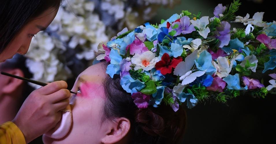 13.out.2016 - Modelo é maquiada durante o festival de maquiagem e penteados em Hefei, província de Anhui, na China