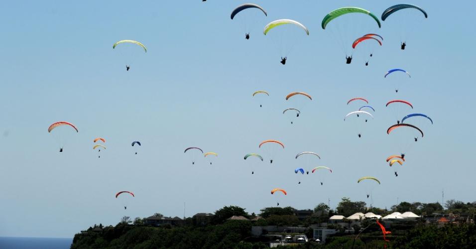 16.out.2016 - Mais de cem paragliders voam no céu de Gunung Payung, uma ilha em Bali, na Indonésia, e quebram o recorde mundial de maior número de planadores nas nuvens ao mesmo tempo