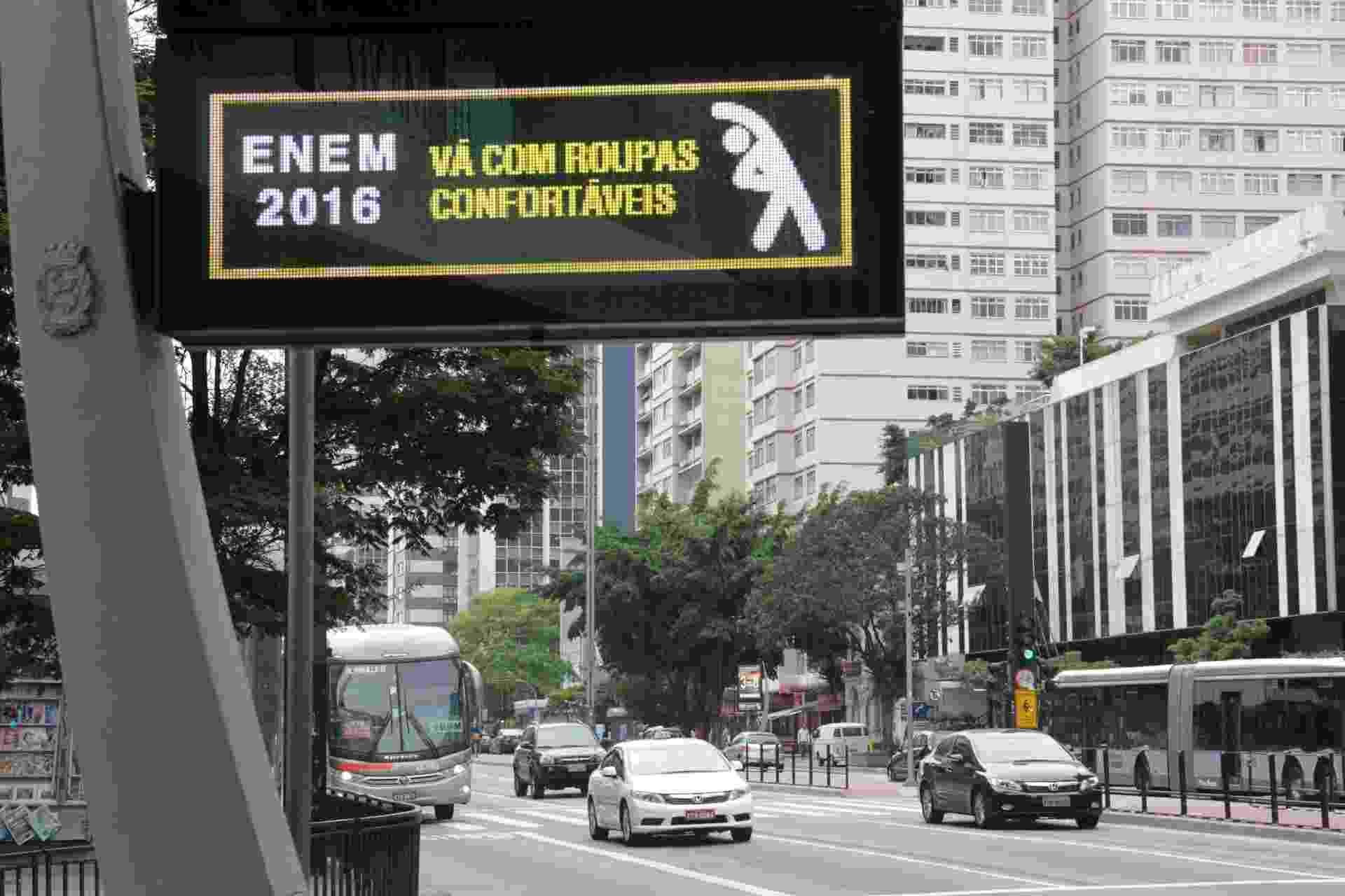 5.nov.2016 - Relógios da avenida Paulista em São Paulo enviam recado para estudantes que vão fazer o Enem, recomendando uso de roupas leves - J. Duran Machfee/Futura Press/Estadão Conteúdo