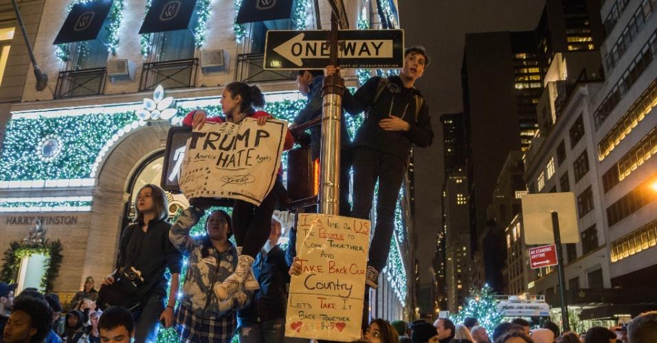 9.nov.2016 - Pessoas foram até a 5ª Avenida, em Nova York, protestar contra Trump na noite desta quarta-feira (9)