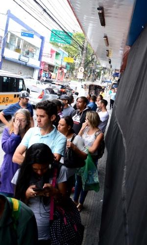 25.nov.2016 -Clientes aguardam em busca de descontos da Black Friday em loja na Lapa, zona oeste de São Paulo, nesta sexta-feira (25)