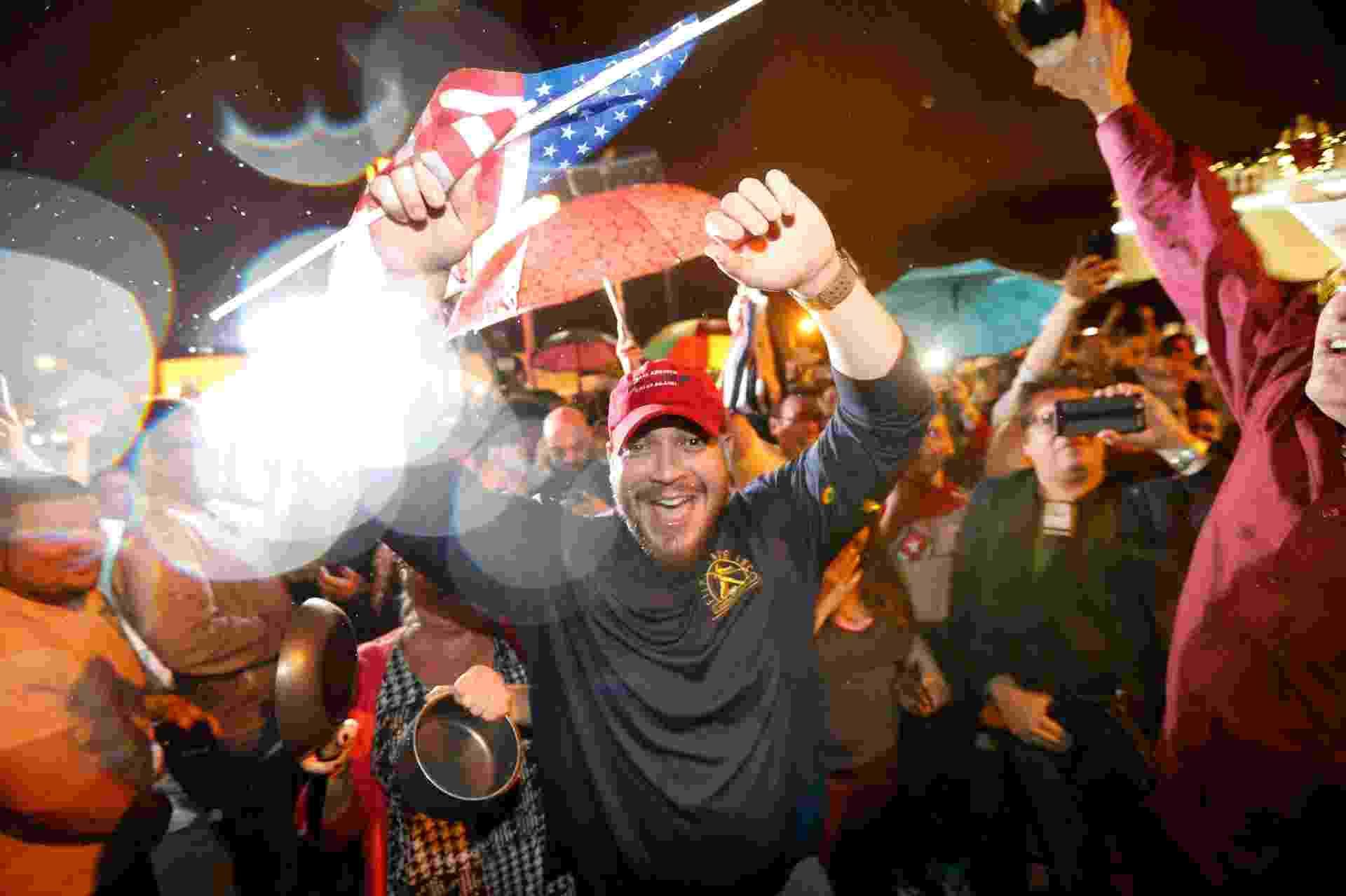 26.nov.2016 - Cubano-americanos celebram a morte de Fidel Castro, em Miami, na Flórida - Rhona Wise/AFP