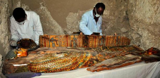 Sarcófagos, estátuas funerárias e seis múmias foram encontrados por arqueólogos egípcios em um túmulo da época dos faraós no sul do país, próximo à cidade de Luxor