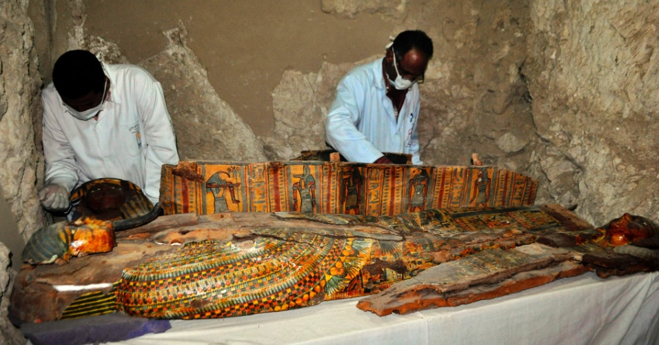 18.abr.2017 - Sarcófagos, estátuas funerárias e seis múmias foram encontrados por arqueólogos egípcios em um túmulo da época dos faraós no sul do país, próximo à cidade de Luxor